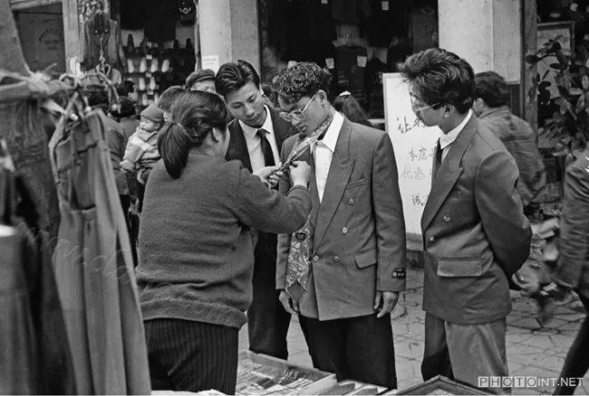 时尚青年在街边摊位买领带 1987年南充市
