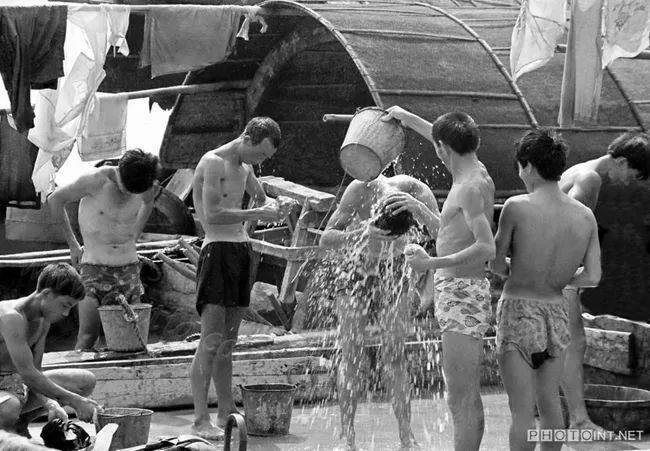 夏日的中午,挑夫用江水冲凉 1989年南充市