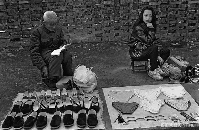 老人和少女各自经营着自己的地摊 1986年南充市