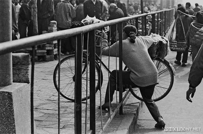 图捷径推自行车穿越街道隔离栏的妇女 1987年南充市.