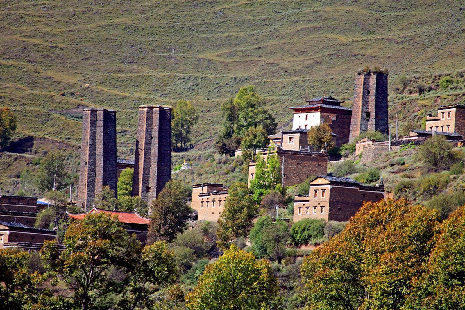 藏寨与古碉相依相存