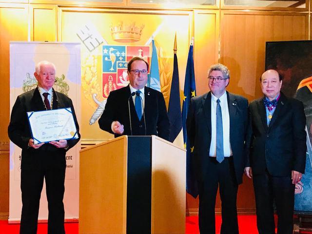 中国艺术家柳旭日获邀出席法国前总统奥朗德颁奖仪式